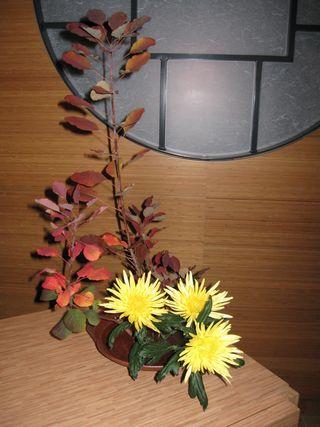 Ikebana Herbstgesteck mit Chrysanthemen